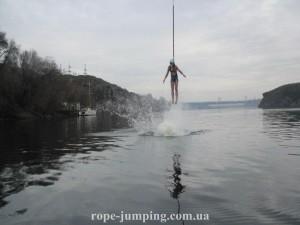 прыжки с касанием воды с Арочного моста в Запорожье. Прыжки на резинке.
